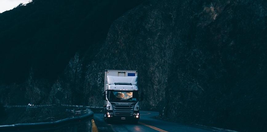 Samochody ciężarowe ciągną transport ciężki