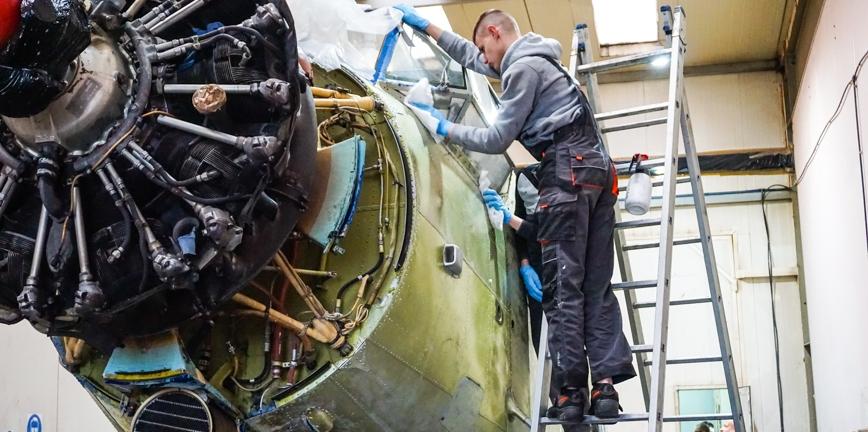 Akademia Renowacji: trwa proces lakierowania samolotu Romualda Koperskiego