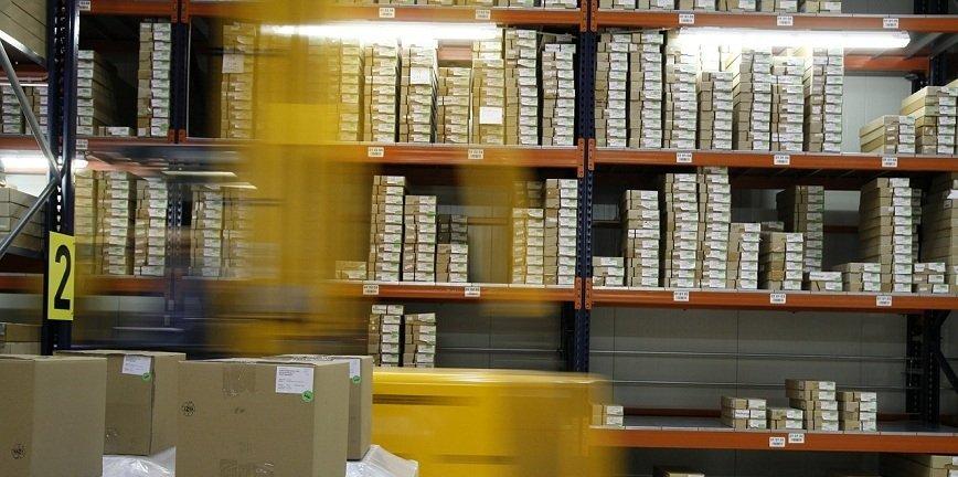 Proces przechowywania surowców i towarów w logistyce