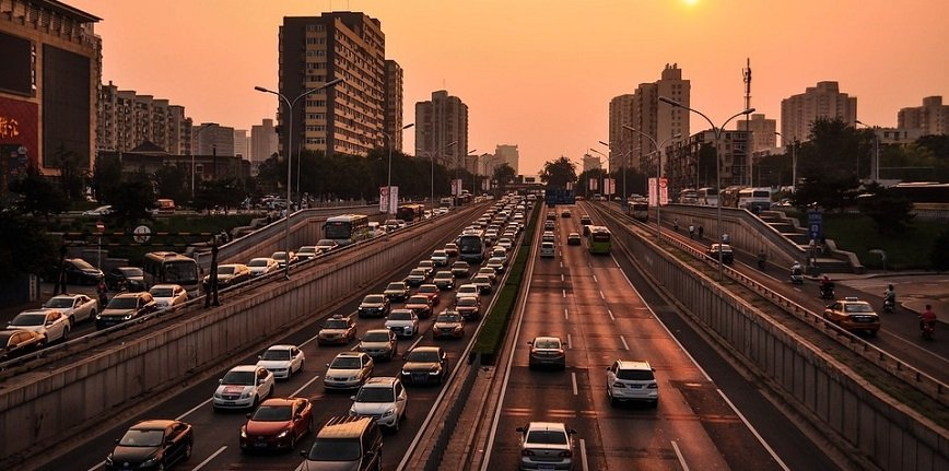 Wyższe dochody mieszkańców przekładają się na wyższy standard życia – po drogach regionu jeżdżą już 24 miliony aut.