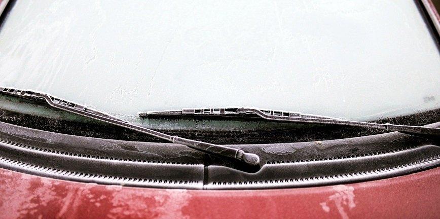 Jak pielęgnować szyby samochodowe zimą?
