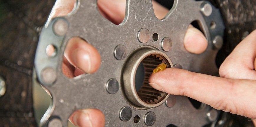 Dlaczego należy smarować profile piast tarczy sprzęgła?