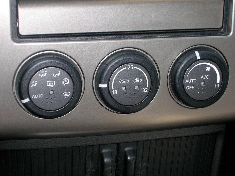 Panel sterowania klimatyzacji manualnej.