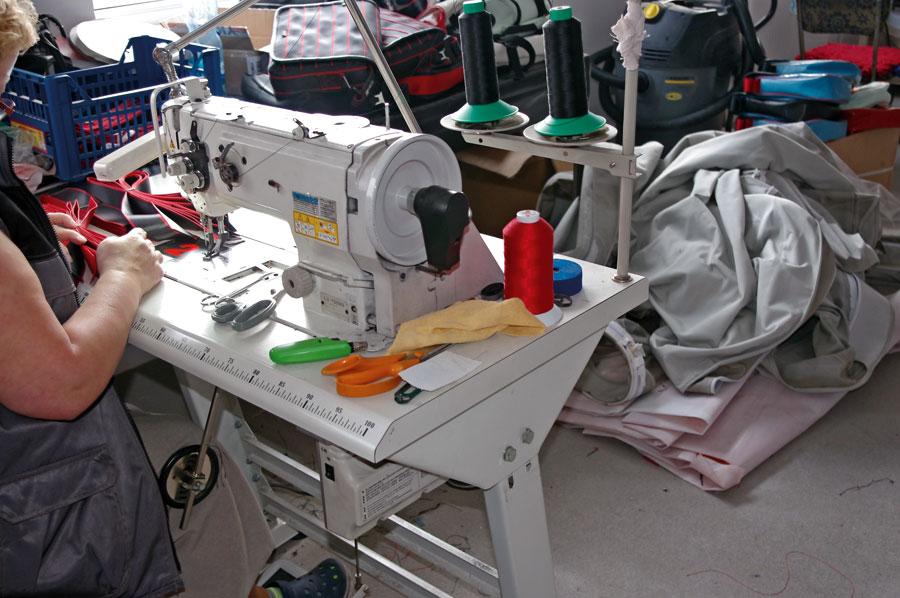 Zdolności krawieckie pracowników wytwórni plandek muszą być na wysokim poziomie - podobnie jak sprzęt.