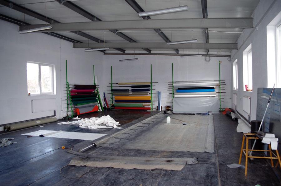 Hala produkcji i napraw plandek. Większość prac wykonuje się w pozycji klęczącej lub przysiadzie.